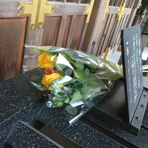 花束がお供えされていました。どなたでしょうか、ありがとうございます。