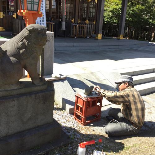 作家さんが境内の狛犬を参考に作品を製作中です。