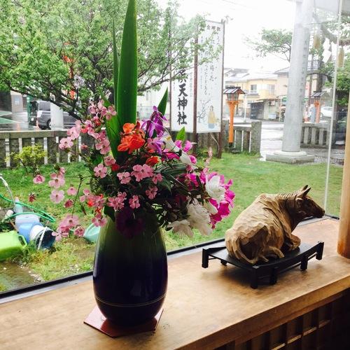 今日は雨模様ですが、参拝の方から頂いたお花のおかげで待合室が華やかになりました。