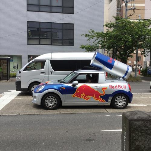レッドブルの車を見かけました。