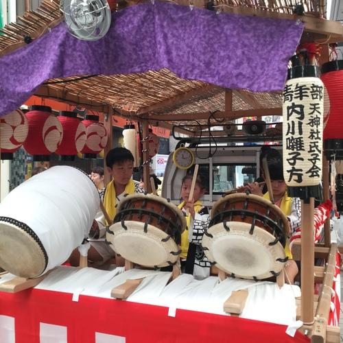 久里浜駅前の仲通り商店街でお囃子を演奏しています。