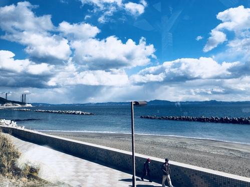 野比海岸から久里浜方面を望んで。今日も当日祈願行いました。空のように頭が冴え、雲のようにむくむくと発想が浮かびますように。